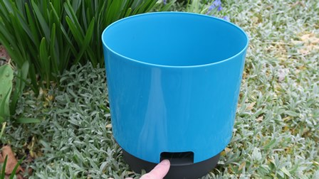 pot with a reservoir, container with reservoir